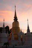 Skymningplats av den Wat Suan Dok templet i Thailand Arkivfoton