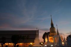 Skymningplats av den Wat Suan Dok templet i Thailand Royaltyfri Fotografi
