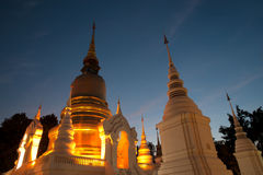 Skymningplats av den Wat Suan Dok templet i Thailand Royaltyfria Foton