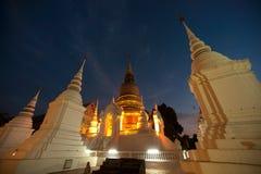 Skymningplats av den Wat Suan Dok templet i Thailand Royaltyfria Bilder