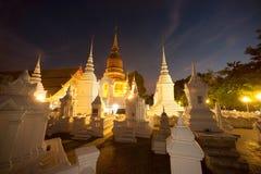 Skymningplats av den Wat Suan Dok templet i Thailand Arkivfoto
