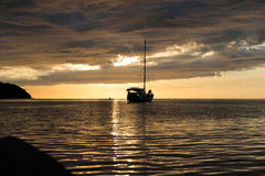 Skymningplats av fartyget med molnig himmel Fotografering för Bildbyråer
