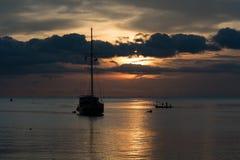 Skymningplats av fartyget med molnig himmel Royaltyfri Fotografi