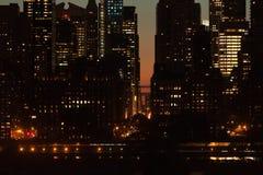 Skymningplatsdetalj av byggnader på midtownen Manhattan i NYC Arkivbild