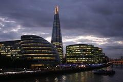 Skymningsikt av byggnader i centrala London Royaltyfria Bilder