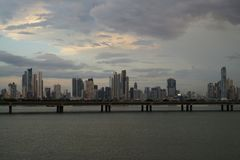 Skymningsikt av Panama City horisont från gammal stad med Cinta Costera Royaltyfri Foto