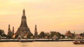 Skymningsikt av Wat Arun över Chao Phraya River stock video