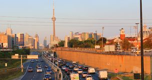 Skymningsikt vid motorvägen av det Toronto centret 4K lager videofilmer