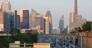 Skymningsikt vid motorvägen av det Toronto centret 4K arkivfilmer