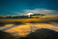 Skymningsoluppgång eller bakgrund för natur för solnedgångberglandskap, arkivfoton