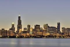Skymningtid i Chicago Royaltyfri Bild