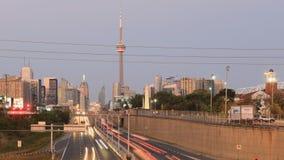 Skymningtimelapse vid motorvägen av det Toronto centret 4K lager videofilmer