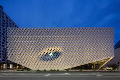 Skymningyttersida av den breda moderna Art Museum Arkivbilder