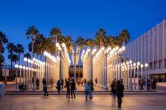 Skymningyttersida av det Los Angeles County museet av Art Urban Light Arkivbild