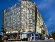 Skymningyttersida av shoppar i midtownen Miami Arkivfoton