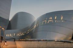 Skymningyttersida av Walt Disney Concert Hall Los Angeles Califo Royaltyfri Bild