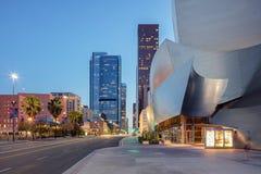 Skymningyttersida av Walt Disney Concert Hall Los Angeles Califo Arkivbild