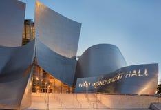 Skymningyttersida av Walt Disney Concert Hall Los Angeles Califo Royaltyfri Fotografi