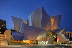 Skymningyttersida av Walt Disney Concert Hall Los Angeles Califo Royaltyfri Bild
