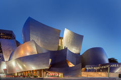 Skymningyttersida av Walt Disney Concert Hall Los Angeles Califo Royaltyfria Bilder