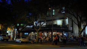 Skymningyttersida som upprättar skottet av Savannah Bar Restaurant stock video