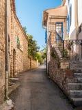 Skymt av en gata på Moustiers-Sainte-Marie, liten stad i Provence Frankrike royaltyfria bilder