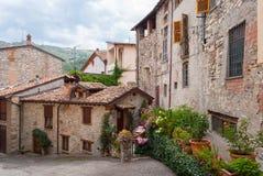 Skymt av en typisk medeltida by i Italien royaltyfri fotografi