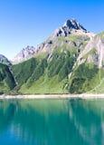 Skymt av Morasco sjön och formazzasjön Arkivfoto