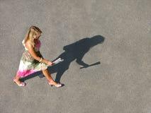 skynda sig den ensamma kvinnan royaltyfri fotografi