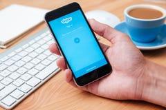 Skype è l'applicazione che fornisce il video di chiacchierata del testo e chiama Fotografia Stock