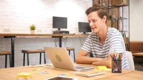 Skype, онлайн видео- болтовня на месте работы, современном офисе просторной квартиры стоковое фото rf