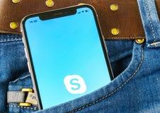 Skype-Anwendungsikone auf Apple-iPhone X Smartphoneschirm in den Jeans stecken ein Skype-Bote-APP-Ikone Social Media-Ikone sozial Lizenzfreies Stockbild