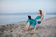 Skype di conversazione della donna alla spiaggia Fotografia Stock Libera da Diritti