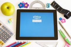 Skype en Ipad 3 con los accesorios de la escuela Imagen de archivo libre de regalías