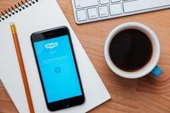 Skype est application qui fournissent la vidéo de causerie des textes et appelle Photographie stock