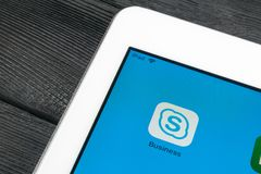Skype-Geschäftsanwendungsikone auf Apple-iPad Prosmartphone-Schirmnahaufnahme Skype-Geschäftsbote-APP-Ikone Social Media-Ikone Lizenzfreie Stockfotografie