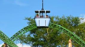 Skyride y roller coaster de la caza del guepardo que sorprende en fondo azul claro del cielo en los jardines de Busch metrajes
