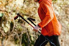 Skyrunner dell'uomo con i pali di trekking fotografia stock libera da diritti