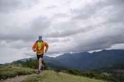 Skyrunner fonctionne vers le haut le long d'une arête de montagne Vue de face, homme caucasien Jour d'été ensoleillé la Slovaquie Images stock
