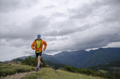 Skyrunner läuft aufwärts entlang einen Gebirgsrücken Vorderansicht, kaukasischer Mann Sonniger Sommertag Slowakei, tatras, Europa Stockbilder