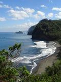 Skys étonnamment bleu au-dessus d'océan de turquoise et lave poncent la plage sur la grande île d'Hawaï Images libres de droits