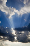 Skys azuis e sunbeams dramáticos Imagem de Stock