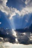 Skys blu e raggi di sole drammatici immagine stock