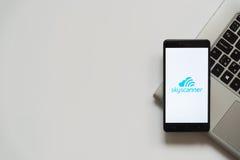 Skyscannerembleem op het smartphonescherm Stock Afbeeldingen