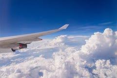 skyscape неба облаков и крыло самолета с взгляд сверху горизонта Стоковые Изображения RF