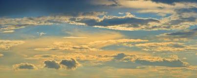 Skyscape - небо вечера, облака, солнечный свет стоковая фотография
