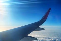 Skyscape beskådade från flygplanet Arkivbilder