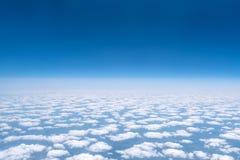 Skyscape beskådade från flygplanet Arkivfoto