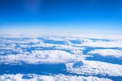 Skyscape beskådade från flygplanet Royaltyfri Fotografi