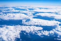 Skyscape beskådade från flygplanet Royaltyfria Bilder